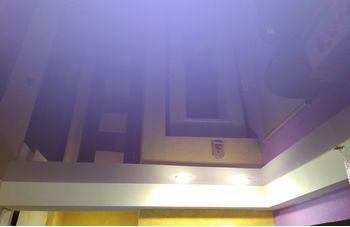 Установка цветного натяжного потолка фото