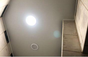 Установка натяжного потолка в ванной фото